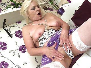 Vieja pero todavía caliente abuelita y su vieja vagina