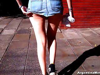 ¡Guauu!Tal vez una falda demasiado corta para las calles!Culo grande