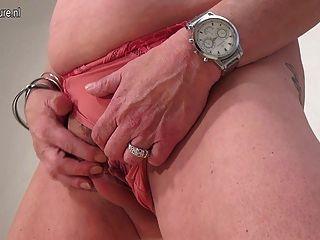 Vieja abuela zorra jugando con su juguete