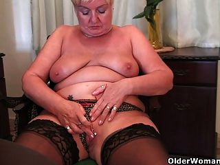 Abuelita completa se masturba con un consolador
