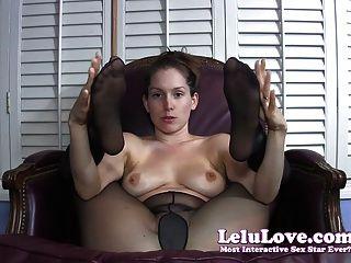 Ella le da estímulo jerkoff con pantyhose cubierto f