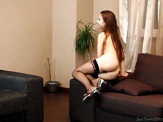 Adolescente niña posando desnuda en un sofá