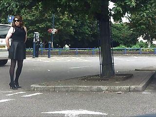 Enchufado y sin parpadeo en un parque de estacionamiento del centro de la ciudad