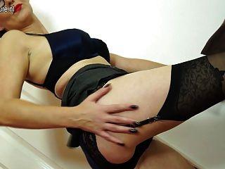 Travieso mujer británica madura jugando con su coño mojado