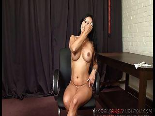 Británica porno milf eva se folla en la sala de casting