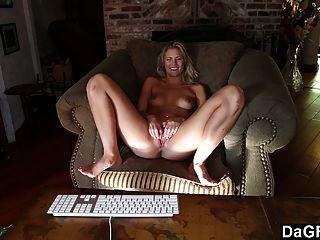 Convincente adolescente impresionante para masturbarse en la leva