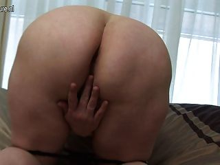 Mamá grande jugando con su coño húmedo de edad
