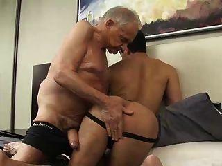 image Stud recoge una vieja prostituta y la folla
