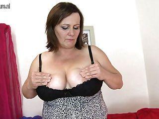 Madre madura pechugona perfecto jugando con su coño de edad