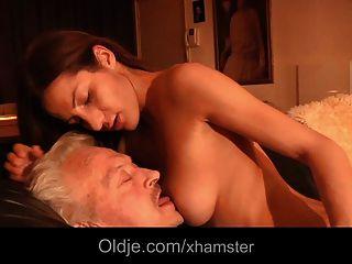 El abuelo folla alicia joven en su culo