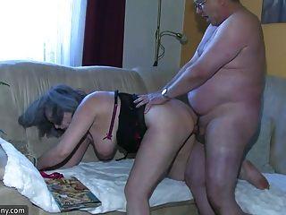La enfermera rechoncha del bbw se masturba con la abuelita vieja