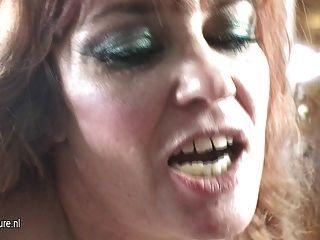 Mama kinky folla a una chica adolescente peluda