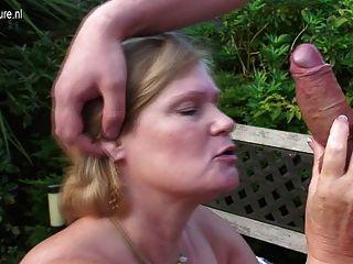 Uk granny follada por el joven en su jardín