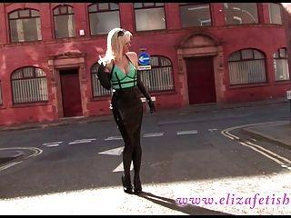 Vestido de látex sexy en público en birmingham