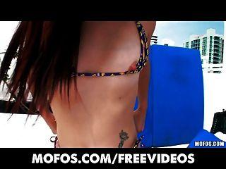 Latina sexo cintas caliente adolescente desliza su bikini al lado