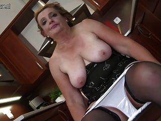 Abuela perfecta jugando en la cocina