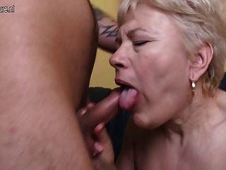 Vieja abuela follada por el joven y su niña