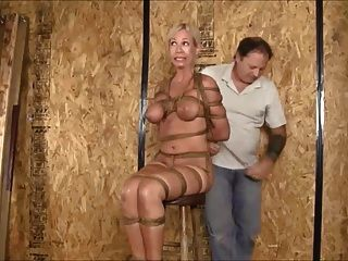 Hogtied y suspendido en vivo