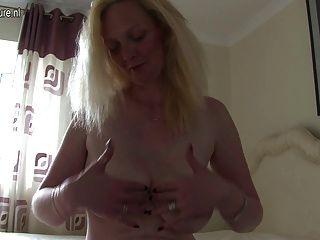 Rubia británica mamá jugando con su coño