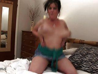 Cachonda madura madre zorra con sus enormes tetas