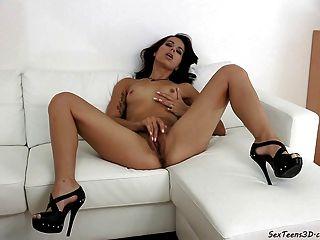 Chica adolescente masturbándose en un sofá