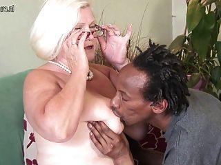 Busty british abuelita toma polla joven negro