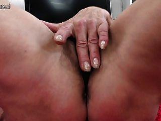 Vieja abuelita flaca con la vagina hambrienta melenuda
