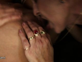 Dos chicas calientes follan una mamá madura cachonda