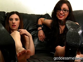 Fetichismo del pie pov por dos diosas femdom