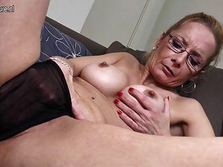 Abuelita sexy con consolador grande