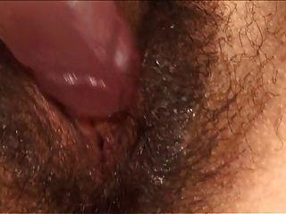 Latina peluda juega con su consolador