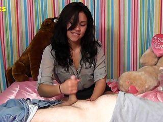 Latina teen da primero handjob
