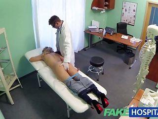 Médico de hospital falso ofrece rubia un descuento en tetas nuevas