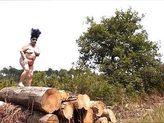 Abuelita brenda desnuda al aire libre