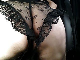 Crossdressed en ropa interior de encaje negro cum en coche