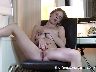 Pelirrojo peludo natural se masturba solo a orgasmos múltiples