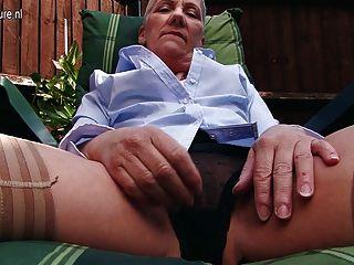 Señora madura british traviesa masturbándose en el jardín