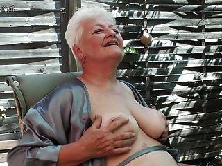 Abuelita fumando y tocando su viejo coño