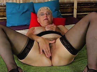 Abuela amateur burlas de su coño peludo