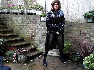 Sext tranny fuera wanking en pvc capa de lluvia y mini falda