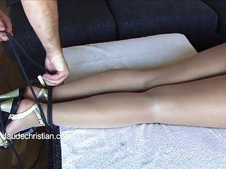 Chica atada con los ojos vendados en pantyhose cortar consolador en el coño