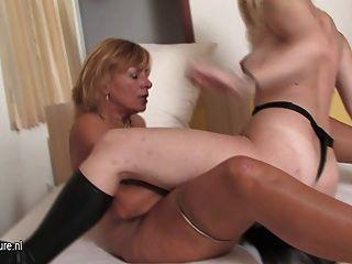 Teeny lesbiana obtiene lecciones de su amante maduro