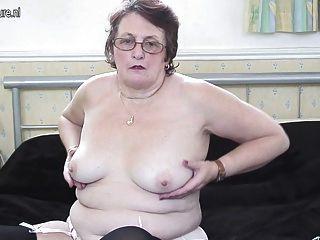 Verdadera abuela juega con su viejo coño