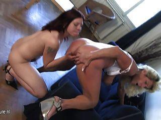 Caliente ama de casa jugando con una hija adolescente caliente