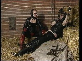 Amante de goma montando esclavo en el granero