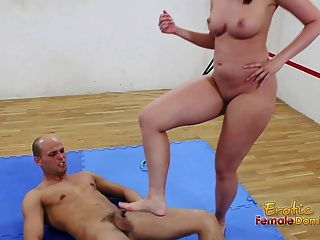 Morena en la estera controla a su hombre sumiso