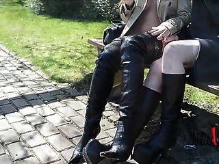 2 lesbianas desnuda bajo trinchera burberry en la entrepierna botas besándose