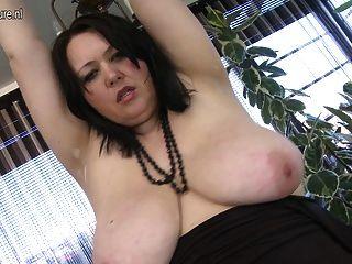 Mamá slutty grande ama jugar con su coño mojado