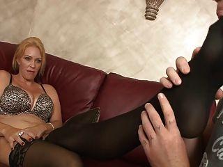 Castigo de mamá (femdom, sniffing de zapatos, pies lamiendo)