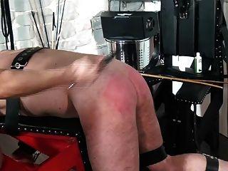 Femdom castigar esclavo en banco de azotes por cultivos y caña